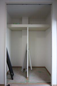 洋室の収納の中もクロス工事済み。複雑で細かい棚も、きれいにクロスで巻かれています。