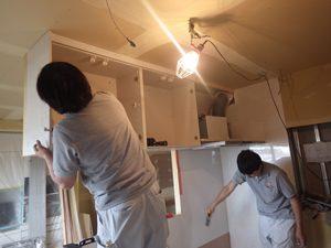 天吊りの収納も、手際よく作業をこなしていきます。