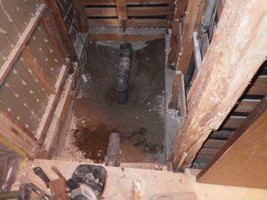 解体直後の様子。右の柱が移動する柱。下のほうが、既にボロボロに…。
