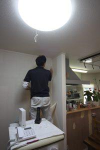 まずは既存の壁紙を剥がすところからです。カッターを入れることで、剥がしやすくなります。