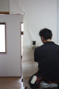 ドアホンやスイッチの部分も丁寧に切り欠いていきます。