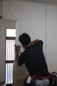 窓枠部分を切り欠きます。