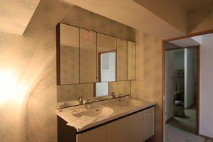 こんな素敵な洗面台が取り付けられました。鏡が大きく、中の収納もたっぷりです!