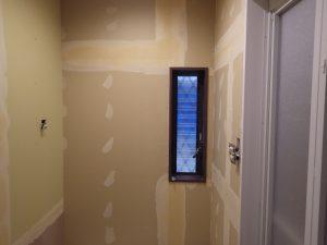こちらは浴室の隣の脱衣室です。もともとトイレがあったところですが、トイレは階段下へ移動するので、脱衣室は大きくとることができました。