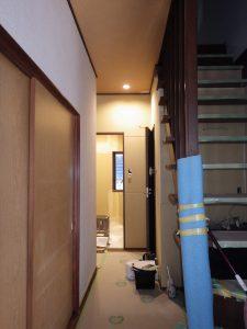 玄関から見た浴室方面。