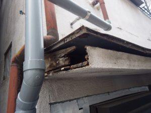 工事前の庇。屋根はゆがみ、骨の部分から壊れていました。