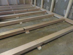 床は木片を置いて、水平を出しています。細かくて丁寧です!