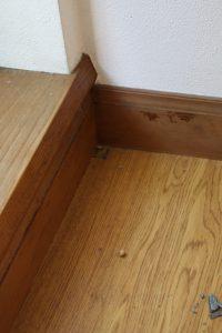 1cm角ほど開口させていただき、竣工時の床材の上に、現在の床材が貼られていることが分かりました。