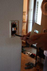 スイッチのカバーを外すと壁の中が見えますので、そこから構造を確認します。