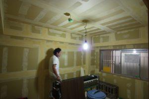 石膏ボードの隙間やビス穴などをパテで埋めて、凹凸のない壁面にしました。