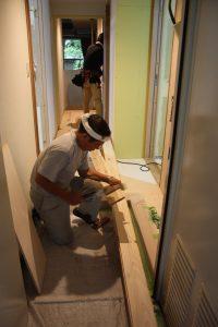 丁寧に採寸して、床材をサイズに合わせて切ります。