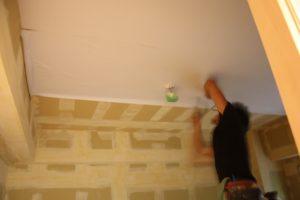 ちなみに、天井の電灯や煙探知機の部分は丁寧に切り裂いて壁紙を貼って・・