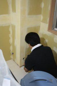 電気担当の職人さん・山西さんがその間に壁の配線まわりを工事するためです!