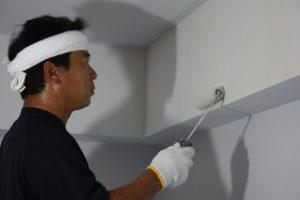 ローラーで丁寧に塗っていきます。(塗るのは塗装職人・秋本さんです!)
