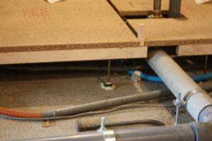 支持脚を付けて、下地のパーティクルボードを載せたところです。防振ゴムとコンクリートは接着剤でしっかり固定しています。