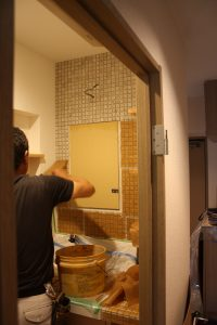 貼り終わったら水を含んだスポンジで拭きます。すると表面のあて紙がスルっと剥がせます。