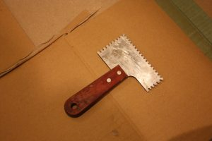 大崎さんは小型のくし引きを自作。特に細かい部分で大活躍します!