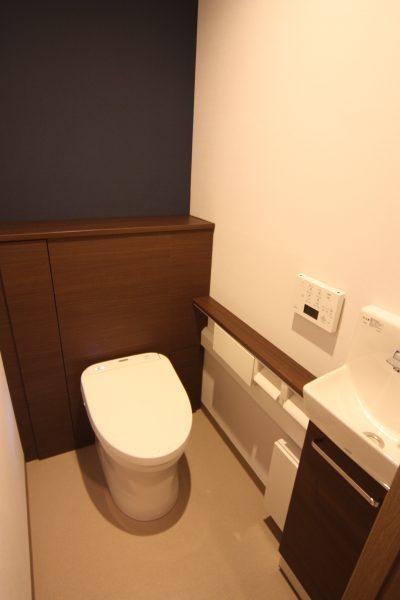 収納付きトイレも、完成!アクセント壁の紺色と濃茶の木目の組み合わせが渋いです!