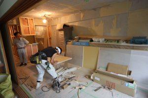 現在、大工の工藤さんが石膏ボードを切り張りしています!