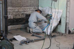 手際よく作業をこなす、配管工事担当の職人・山田さん。