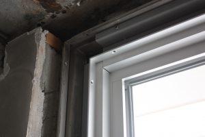FIX窓部分の拡大。傷んでいるのが古いレール、グレーがジョイント金物、白っぽいのが新しいレール&窓です。