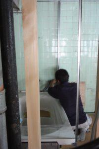 壁の裏側にある配管をつなげておきます。